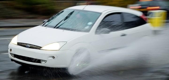 bezpečné odstupy mezi vozidly a kvalitní pneumatiky